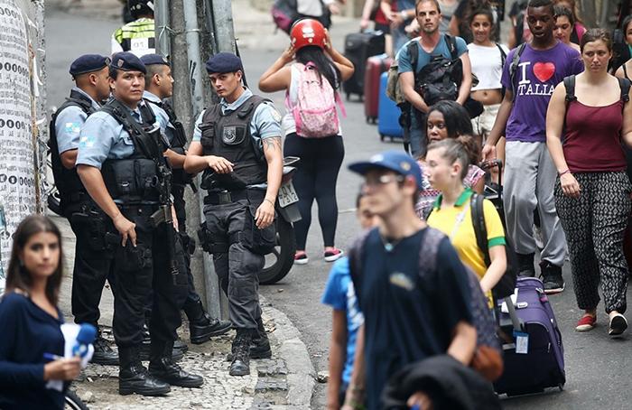 Туристы идут в туристический автобус под присмотром полиции
