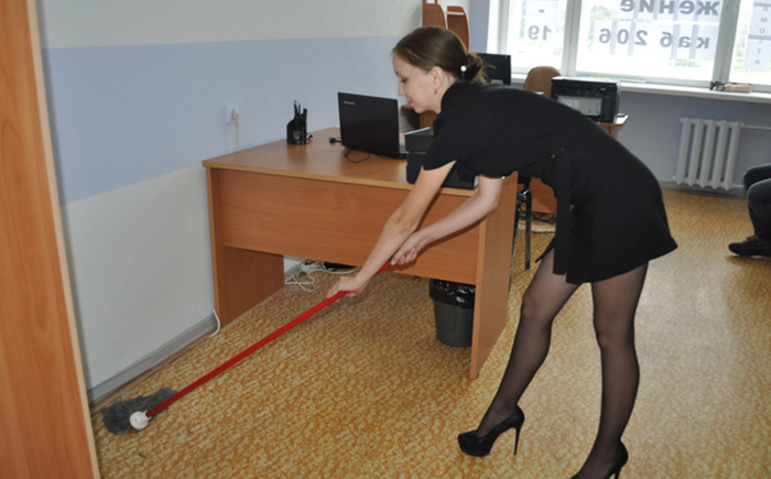 Секс на работе в офисе в кабинке туалета