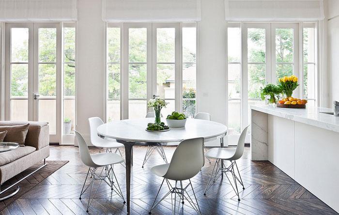 Круглый обеденный стол в интерьере столовой