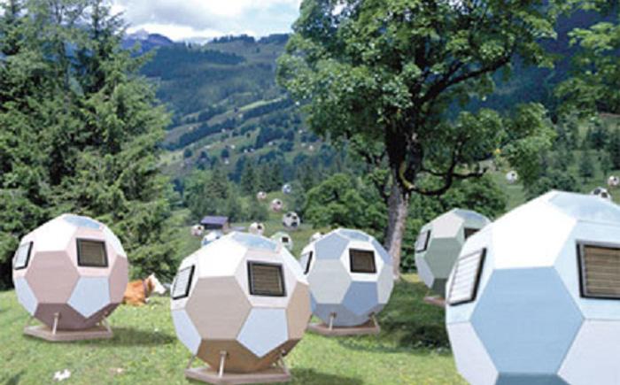Мобильные домики в виде футбольных мячей