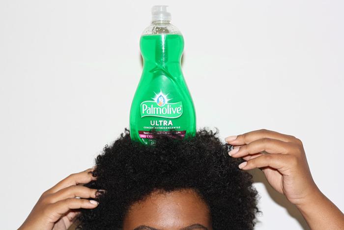 Смывка лишней краски с волос