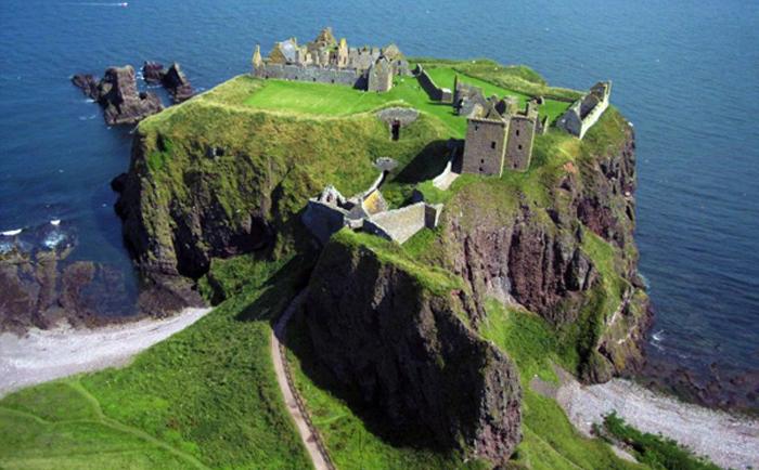 Замок Даннотар в Шотландии