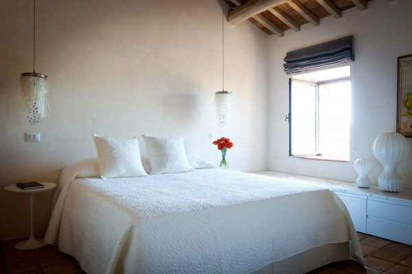 Элегантная белая спальня
