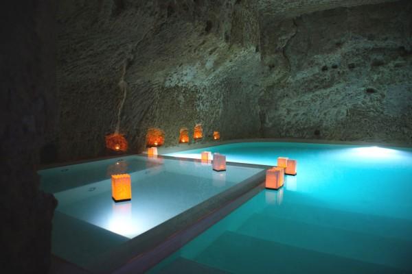 Бассейн с подогревом в пещере
