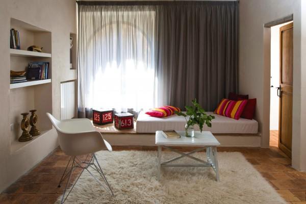 Спальня с яркими цветовыми акцентами