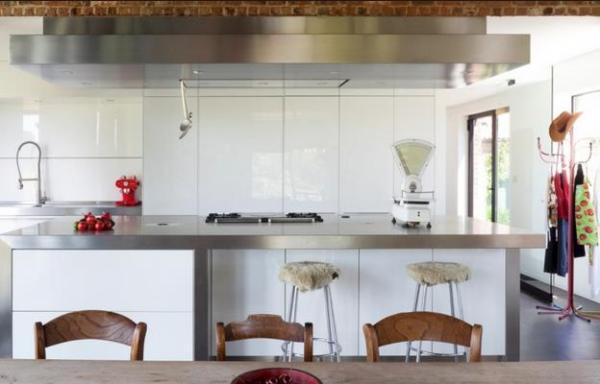 Большая рабочая поверхность на кухне
