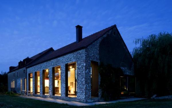 Старый дом обложен кирпичом