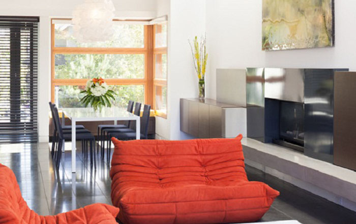 Современная гостиная с красными диванами