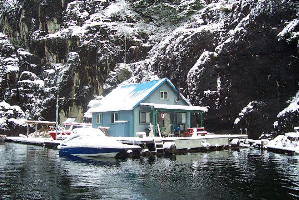 Плавающий дом  на водохранилище Пауэлл (Британская Колумбия)