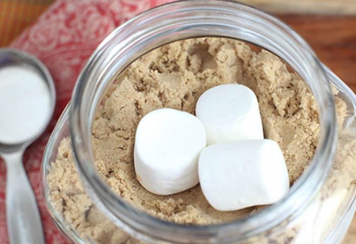 Как уберечь коричневый сахар от образования комочков