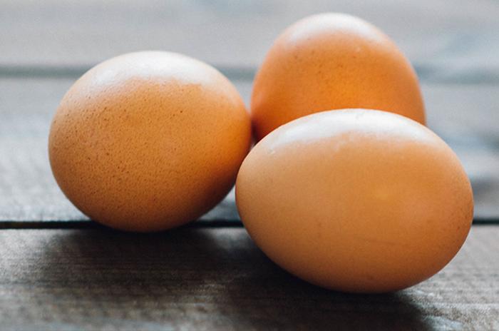 Как быстро почистить сваренное яйцо
