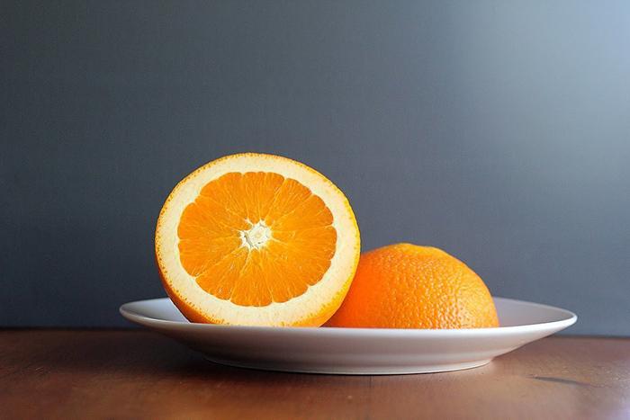 разрезаем апельсин на две части
