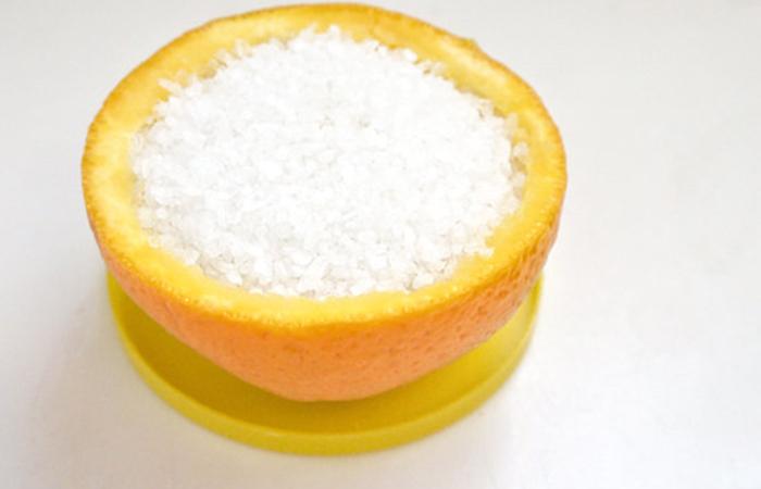 Наполняем апельсиновую чашку солью
