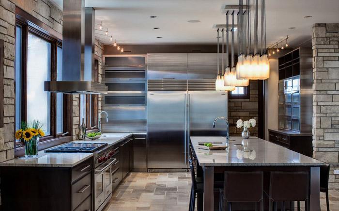 Интерьер кухни с холодильником side by side