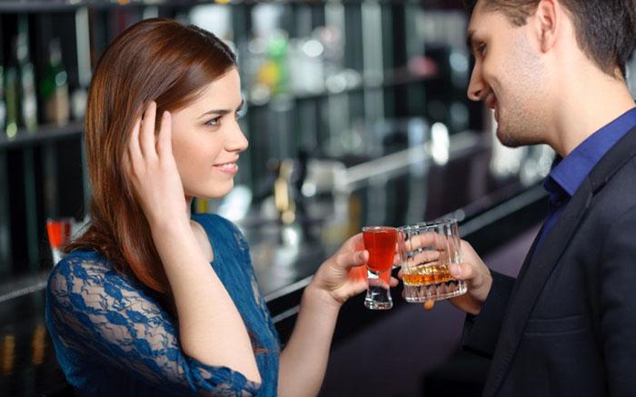 Любительница выпить «на шару»
