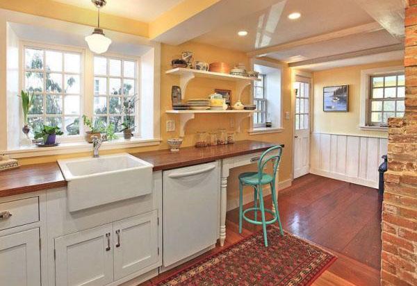 Золотистые стены в интерьере кухни