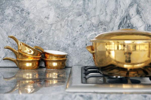 Золото на кухне: оригинальные идеи для вдохновения