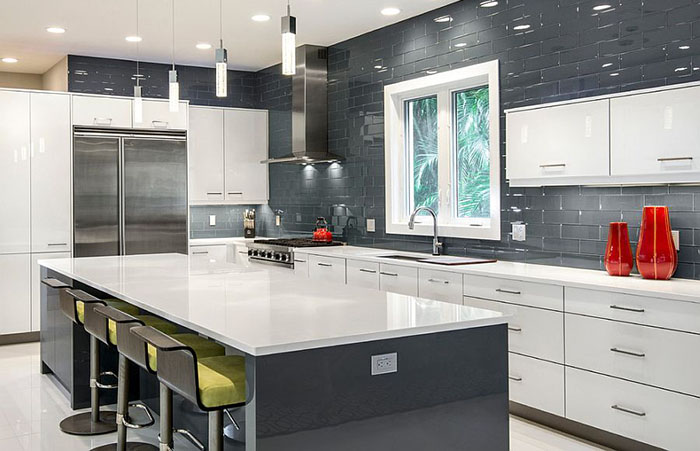 Сияющий фон в интерьере бело-серой кухни от BUILD