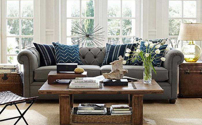 Контрастный интерьер гостиной с серым диваном