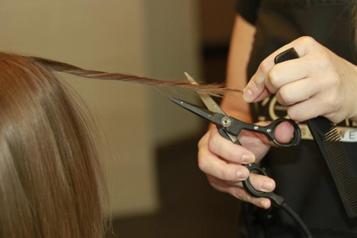 Если часто обрезать кончики волос, то они быстрее растут