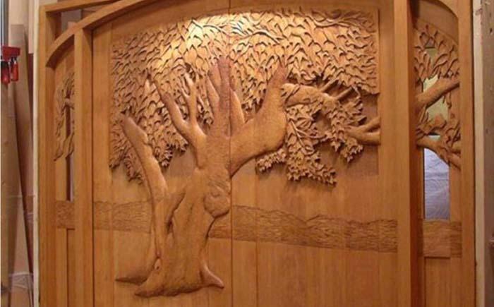 Деревянная резная дверь