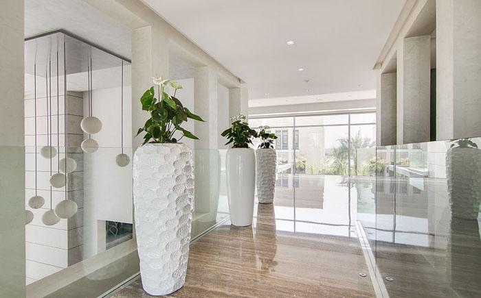 Большие напольные вазы в коридоре
