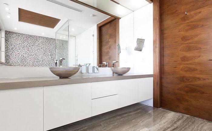 Деревянные акценты в ванной