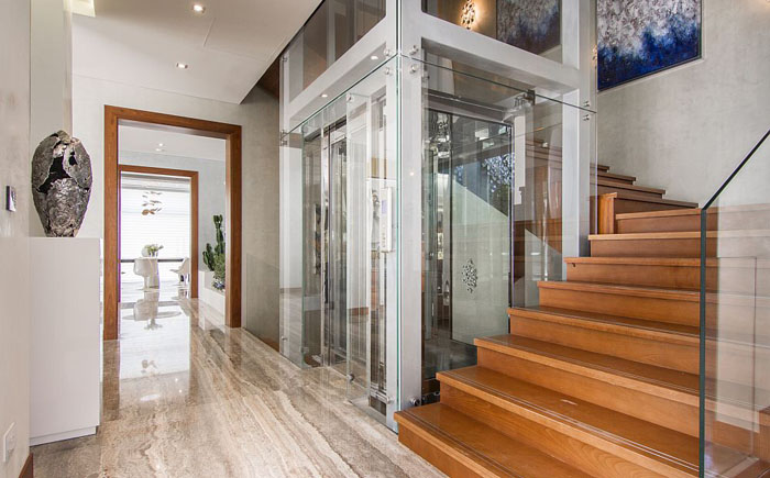 Стеклянный лифт и лестница на второй этаж