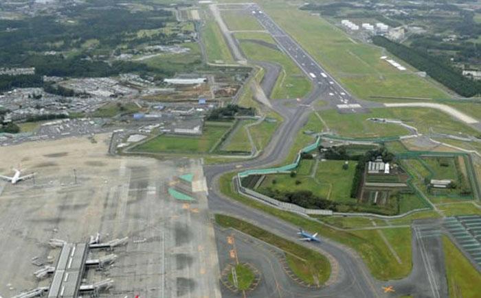 Одинокая ферма посредине аэропорта Нарита в Японии
