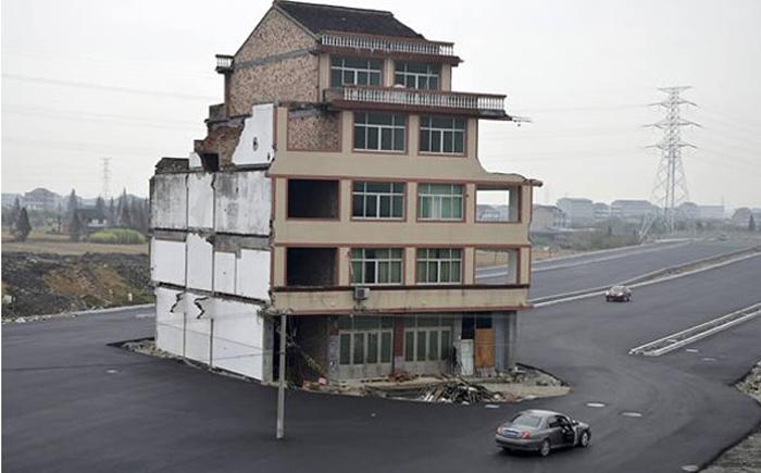 Дом посреди дороги