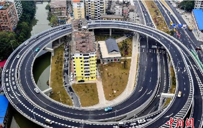 Дом-гвоздь с панорамным видом на автомагистраль