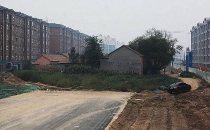 Шоссе, которое построили в обход фермерского комплекса в Китае