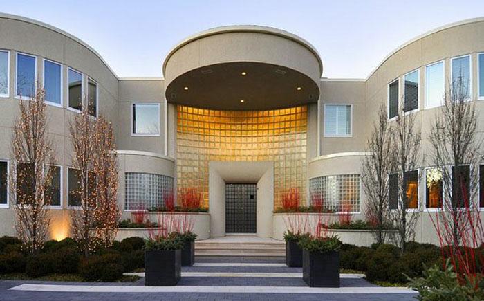 Центральный вход в дом