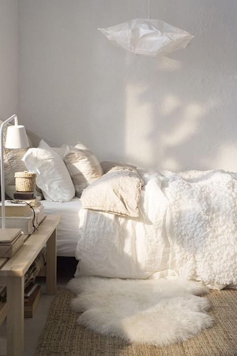 Овечья шкура на полу в спальне