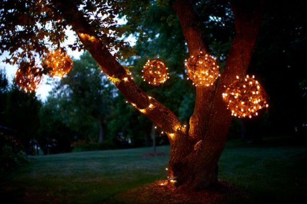 Гирлянды на деревьях