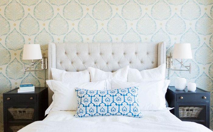 Льняное изголовье в спальне от Ashley Winn Design
