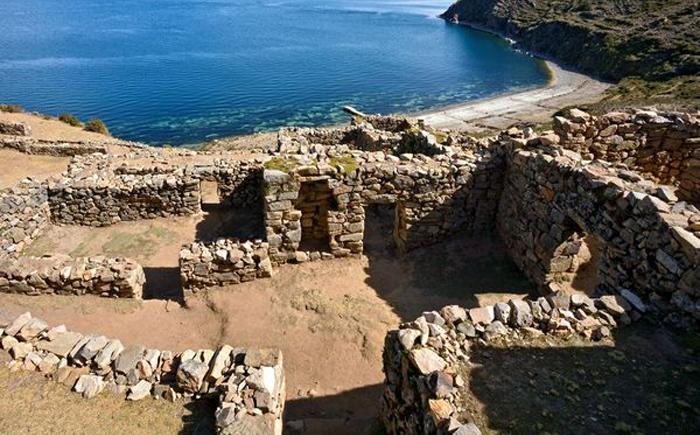 Руины древнего города у озера Титикака, Боливия/Перу