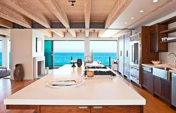 Кухня с огромной рабочей поверхностью