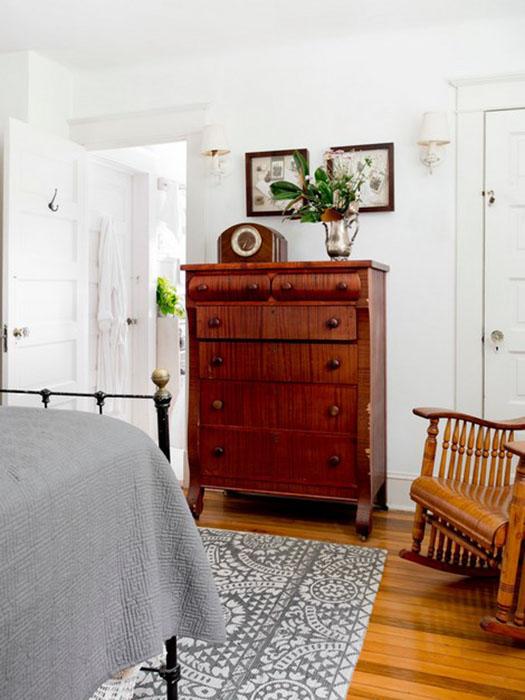 Комод и шедоубоксы в спальне