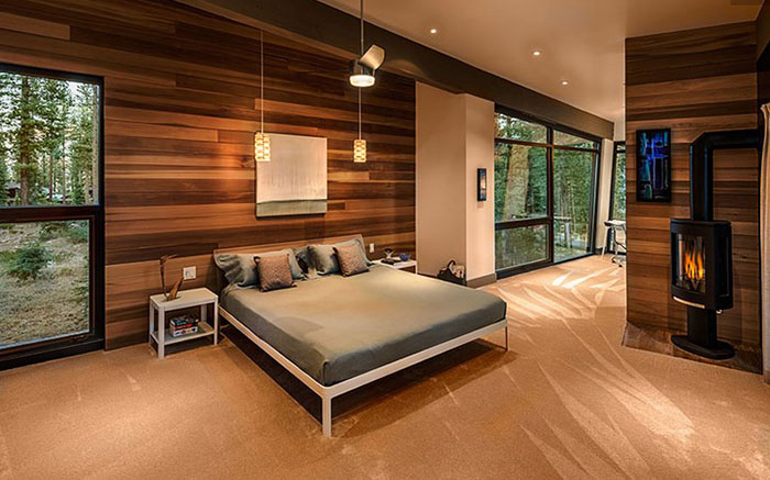 Роскошная мужская спальня с видом на лес
