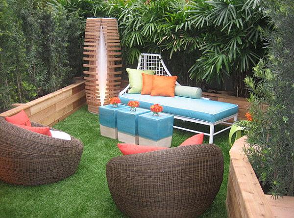 Разноцветные сидения в садовом дизайне