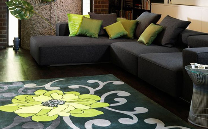 Красота контраста: современные ковры в классических интерьерах