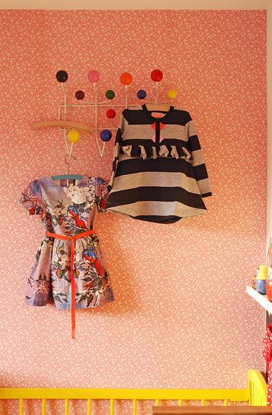 Детская комната с ярко розовыми обоями