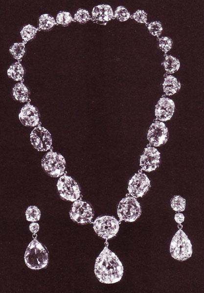 Серьги и ожерелье из бриллиантов в оправе