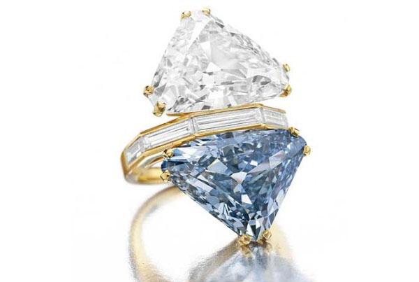 Кольцо с голубым бриллиантом от Bulgari
