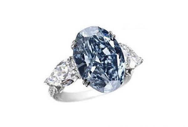 Кольцо с голубым бриллиантом от Chopard