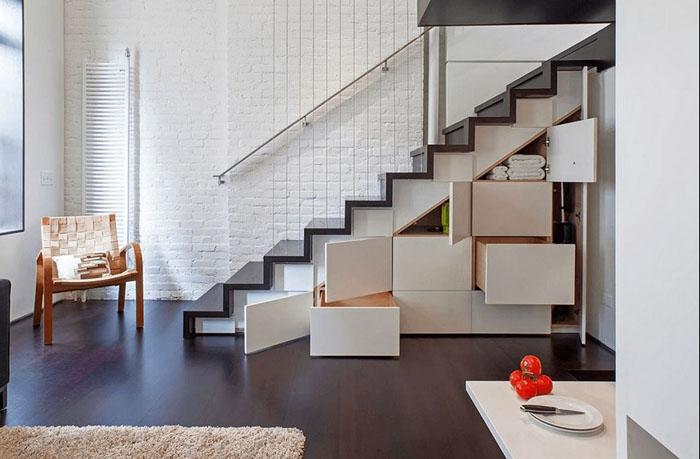 Оборудованное место для хранения вещей под лестницей