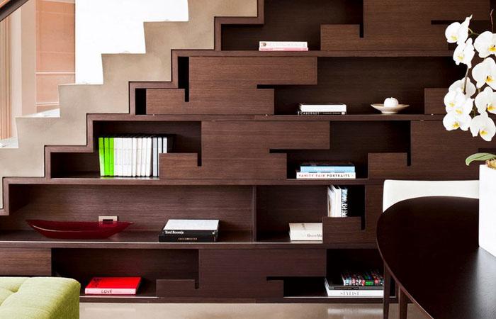 Оригинальная конструкция под лестницей для хранения вещей