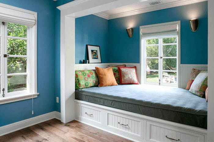Белые ящики в голубой спальне