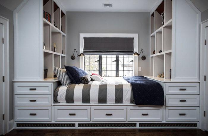 Целая система хранения возле кровати и под ней